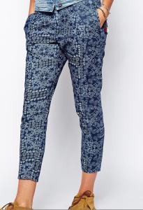 Pantalon motif bandana bleu.