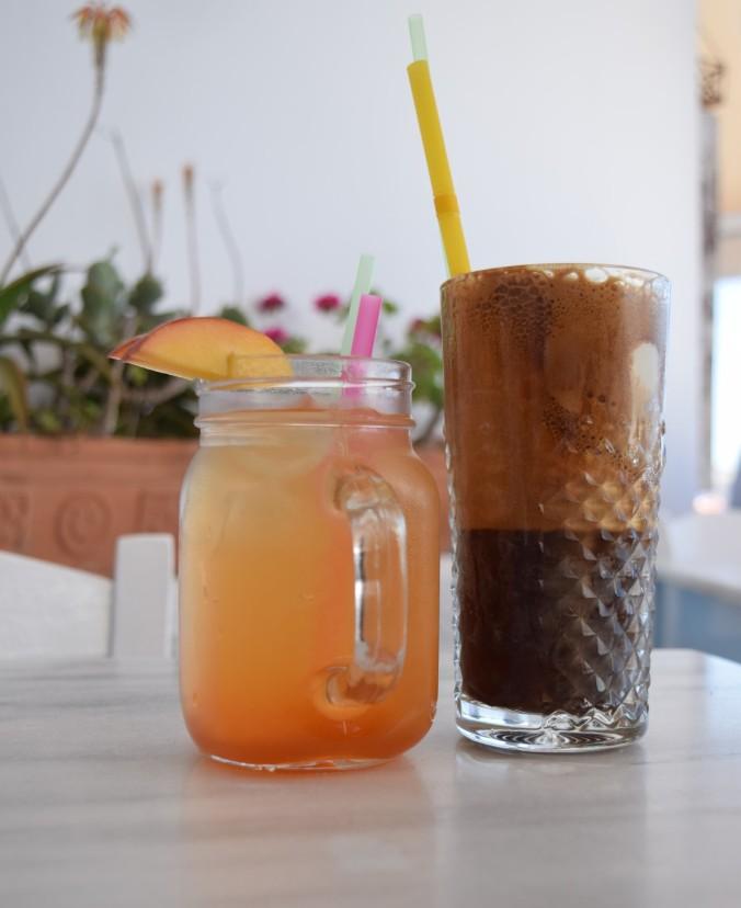 Photo d'un thé glacé et d'un café frappé viennois.