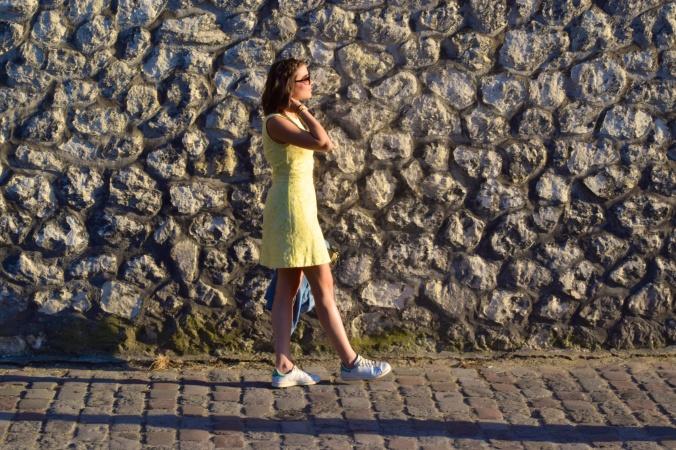 Comment porter le jaune, voici un exemple avec la robe jaune citron.