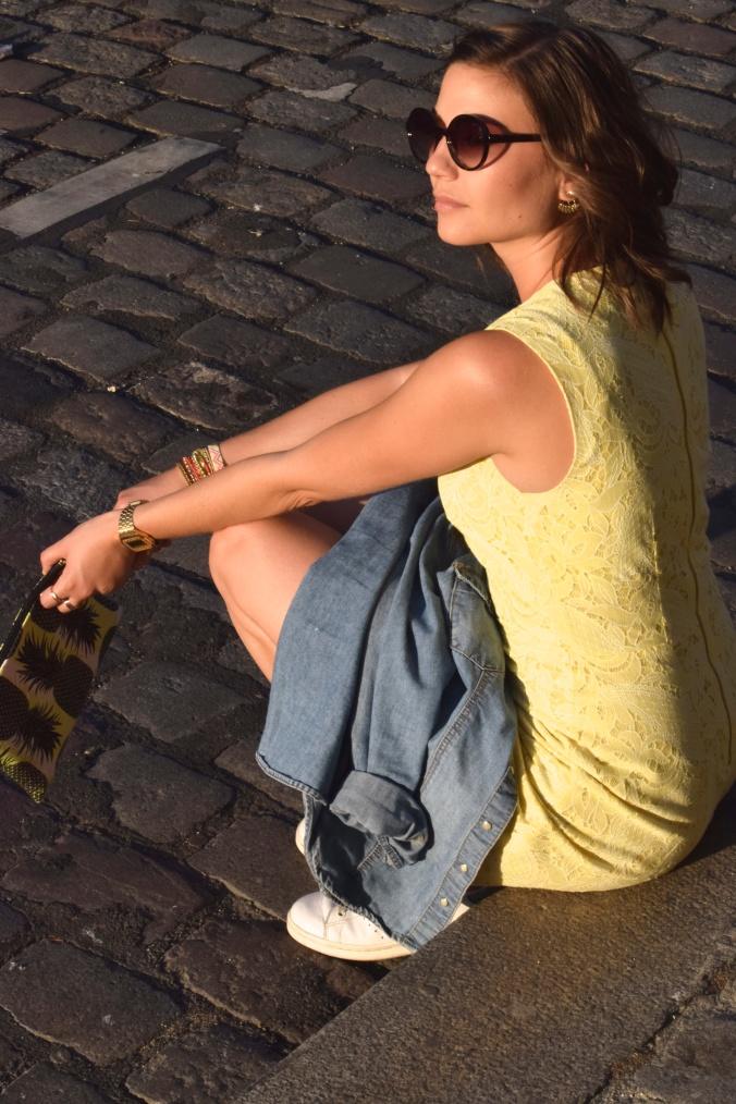 Oser porter une robe jaune, l'exemple d'un look.