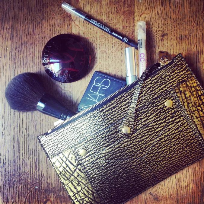 Trousse de make up, avec les essentiels pour une retouche beauté c'est-à-dire terracotta, bars, bourjois, makeupforever
