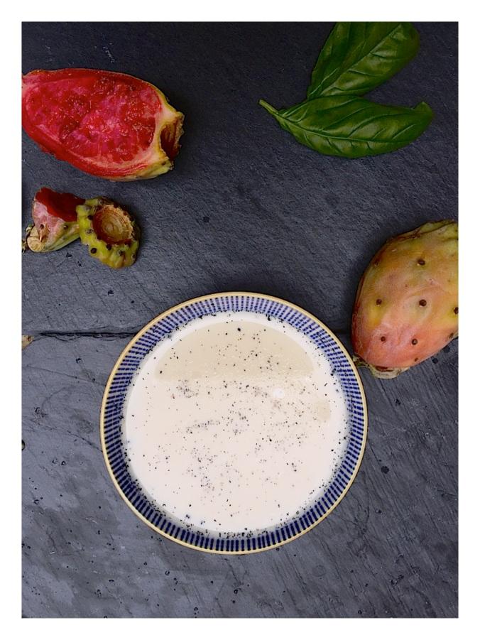 Idée dessert original et facile, panna cotta à la vanille et au basilic avec un coulis de figues de barbarie.