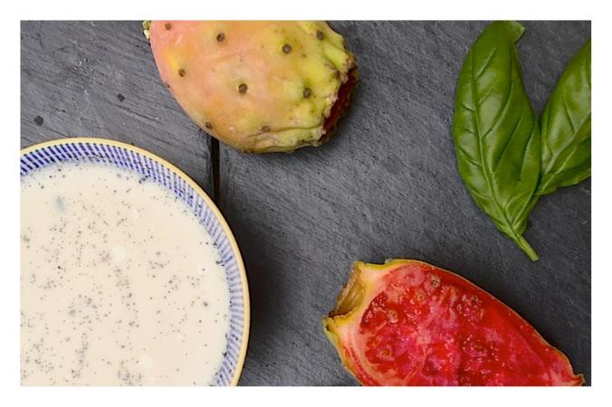 Dessert original et simple, une panna cotta vanille_basilic et son coulis de figues de barbarie.